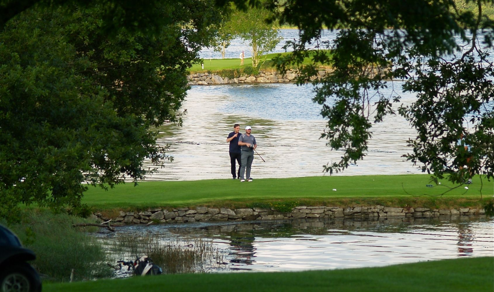 2 golfers wait on the 18th tee at Kenmare Golf club